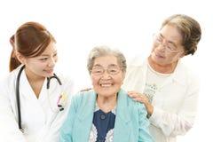 Усмехаясь доктор с старшими женщинами Стоковые Фото