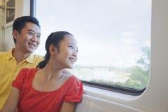 Усмехаясь отец и дочь смотря через окно в метро Стоковые Изображения RF