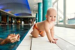 Усмехаясь очаровательный младенец в бассейне Стоковая Фотография RF