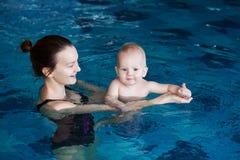 Усмехаясь очаровательный младенец в бассейне Стоковое Фото