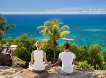 Усмехаясь пара делая йогу работает outdoors Стоковые Фото