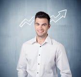 Усмехаясь парень дела с стрелкой диаграммы Стоковое Изображение RF