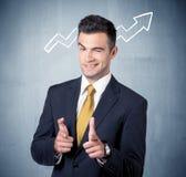 Усмехаясь парень дела с стрелкой диаграммы Стоковая Фотография