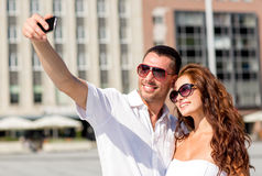 Усмехаясь пары в городе Стоковое Изображение