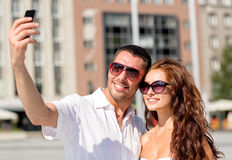 Усмехаясь пары в городе Стоковое Фото