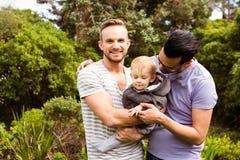 Усмехаясь пары гомосексуалиста с ребенком Стоковое фото RF