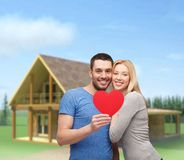 Усмехаясь пары держа большое красное сердце Стоковое Изображение RF