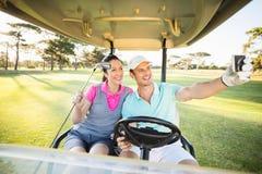 Усмехаясь пары игрока в гольф принимая автопортрет Стоковое фото RF
