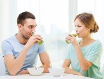 Усмехаясь пары имея завтрак дома стоковое изображение rf
