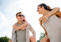 Усмехаясь пары имея потеху в городе Стоковая Фотография