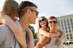Усмехаясь пары имея потеху в городе Стоковое Изображение RF