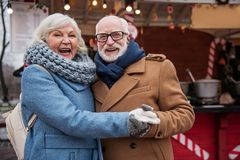 Усмехаясь пары пожененные старшием имея потеху внешнюю Стоковая Фотография RF