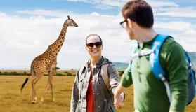 Усмехаясь пары при рюкзаки путешествуя в Африке Стоковое Фото
