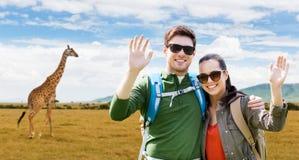 Усмехаясь пары при рюкзаки путешествуя в Африке Стоковые Фотографии RF