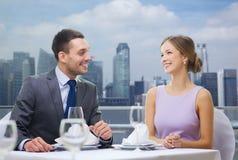 Усмехаясь пары смотря один другого в ресторане Стоковое Изображение RF