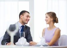 Усмехаясь пары смотря один другого на ресторане Стоковое Фото