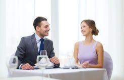 Усмехаясь пары смотря один другого на ресторане Стоковая Фотография RF