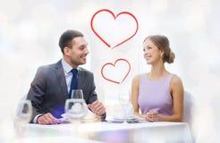 Усмехаясь пары смотря один другого на ресторане Стоковое Изображение