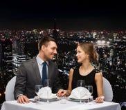 Усмехаясь пары смотря один другого на ресторане Стоковые Изображения