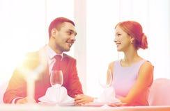 Усмехаясь пары смотря один другого на ресторане Стоковое Изображение RF