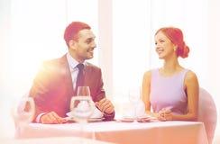 Усмехаясь пары смотря один другого на ресторане Стоковая Фотография