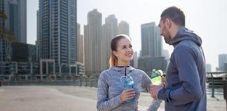 Усмехаясь пары с бутылками воды в городе Стоковое фото RF