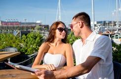 Усмехаясь пары с меню на кафе Стоковое Изображение RF