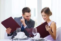 Усмехаясь пары с меню на ресторане Стоковое Фото
