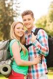 Усмехаясь пары с рюкзаками в природе Стоковое Изображение
