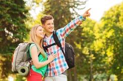 Усмехаясь пары с рюкзаками в природе Стоковая Фотография RF