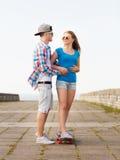 Усмехаясь пары с скейтбордом outdoors Стоковое фото RF