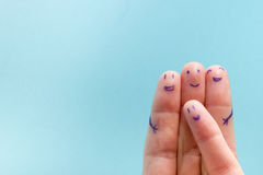 3 усмехаясь пальца который очень счастлив быть друзьями Концепция сыгранности приятельства на голубой предпосылке с космосом экзе Стоковые Фотографии RF