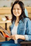 Усмехаясь поврежденная женщина держа кассету Стоковое Изображение