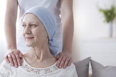 Усмехаясь пожилая женщина с раком стоковое изображение