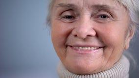 Усмехаясь пожилой конец-вверх женщины, социальное обеспечение, забота в старости, положительном настроении стоковые изображения rf