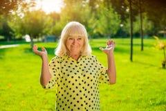 Усмехаясь пожилая женщина Стоковое Изображение