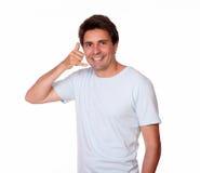 Усмехаясь показывать парня вызывает меня с одной рукой Стоковая Фотография