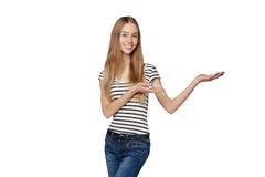 Усмехаясь показ женщины раскрывает ладонь руки с космосом экземпляра для продукта стоковые изображения