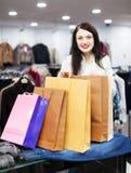 Усмехаясь покупатель девушки с хозяйственными сумками Стоковое Изображение RF