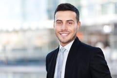 Усмехаясь портрет бизнесмена внешний Стоковое фото RF