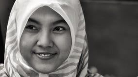 Усмехаясь портрет девушки в черно-белом Стоковая Фотография RF