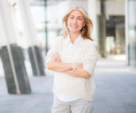 Усмехаясь портрет женщины стоя внешний стоковое фото