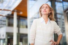 Усмехаясь портрет женщины стоя внешний стоковое фото rf