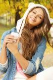 Усмехаясь портрет женщины с чашкой кофе стоковая фотография rf