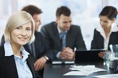 Усмехаясь портрет коммерсантки на встрече Стоковое Фото