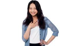 Усмехаясь портрет привлекательной азиатской модели Стоковое фото RF