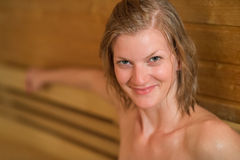 Усмехаясь потная женщина в сауне Стоковое фото RF