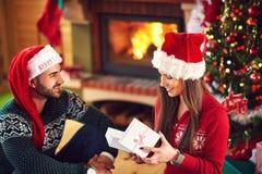 Усмехаясь подарок рождества отверстия девушки стоковое фото rf