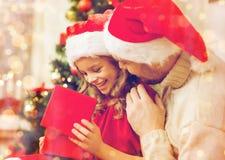 Усмехаясь подарочная коробка отверстия отца и дочери Стоковое Фото