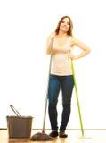 Усмехаясь пол женщины чистки mopping Стоковая Фотография